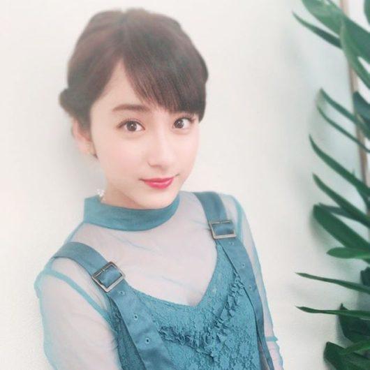 緑のドレスの平祐奈